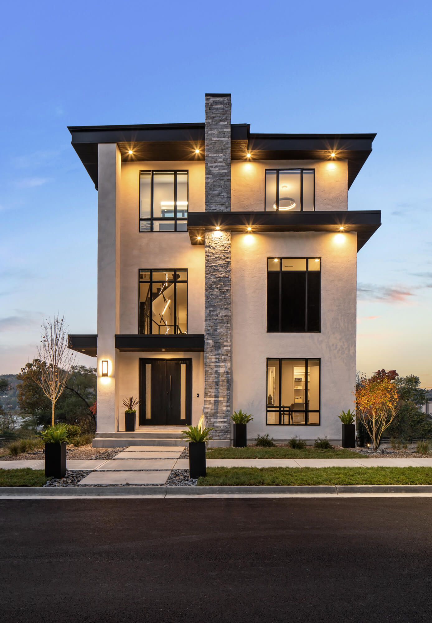 Exterior of contemporary home built in Cincinnati and featured at Homearama 2020. Interior design by Interior Design, RM Interiors.